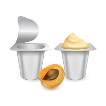 Set di mockup di vasi in plastica bianca opaca per crema di yogurt isolato su bianco.