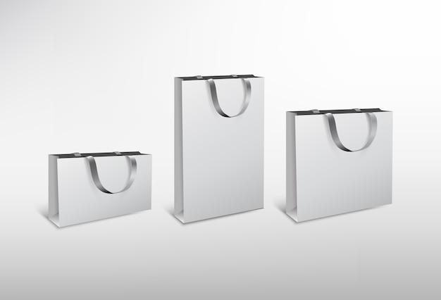 Set di sacchetti di carta bianca di diverse dimensioni con corda di seta. illustrazione ad alta risoluzione. su sfondo bianco