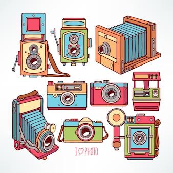Set con diverse fotocamere colorate vintage. illustrazione disegnata a mano