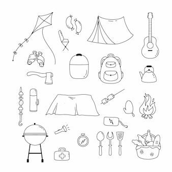 Set con icone per picnic e campeggio in stile scarabocchio. illustrazione di linea del vettore.