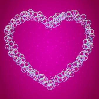 Schiuma di shampoo a forma di cuore con bolle d'acqua realistiche su sfondo rosa