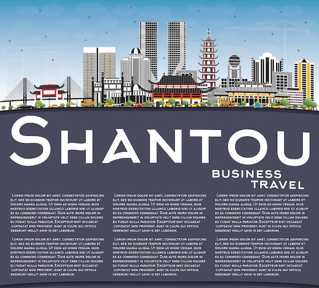Orizzonte della città di shantou cina con edifici grigi, cielo blu e spazio di copia. viaggi d'affari e concetto di turismo con architettura moderna. paesaggio urbano di shantou con punti di riferimento.