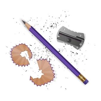 Matita appuntita un temperamatite, trucioli di matita e una grafite isolata