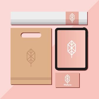 Borsa della spesa con un fascio di elementi del set di mockup nel disegno dell'illustrazione rosa