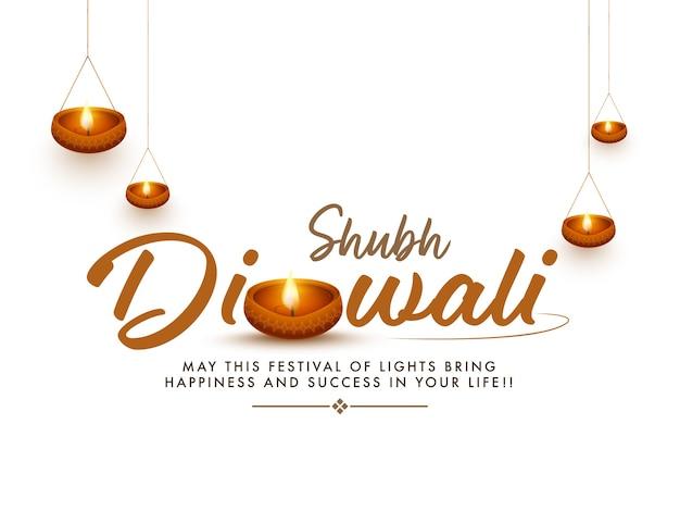 Carattere diwali shubh con lampade a olio illuminate decorate su sfondo bianco.