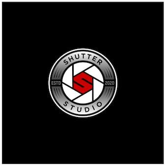 Obiettivo della fotocamera con apertura dell'otturatore con design del logo iniziale della lettera s.