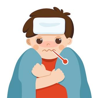 Ragazzo carino malato con febbre avvolto in una coperta calda e un termometro in bocca e si sente così male su sfondo bianco. sintomi influenzali.