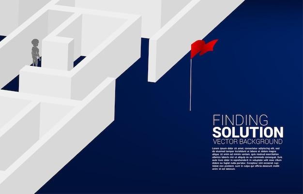 La siluetta del ragazzo trova il modo di uscire dal labirinto. concetto di soluzione educativa e futuro dei bambini.