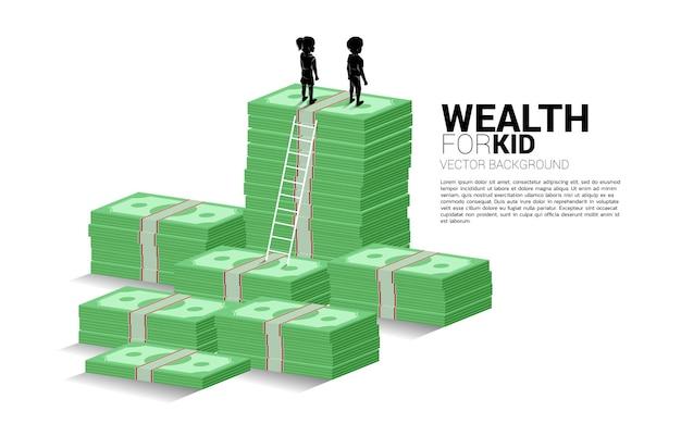 Siluetta del ragazzo e della ragazza che stanno sulla pila di soldi con la scala. concetto di budget e ricchezza per i bambini.