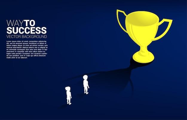Ragazzo della siluetta che progetta di ottenere il trofeo. concetto di soluzione educativa e futuro dei bambini.