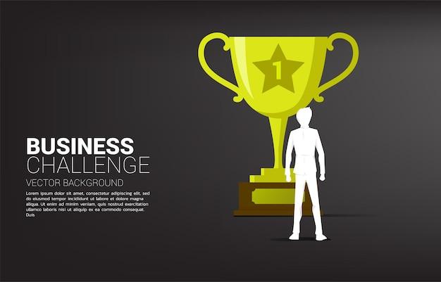 Obiettivo dell'uomo d'affari della siluetta per campione del trofeo concetto aziendale di obiettivo di leadership e missione di visione
