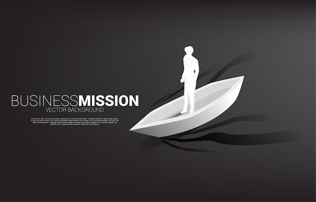 Siluetta dell'uomo d'affari sulla barca che va avanti. banner aziendale della missione di leadership e visione.