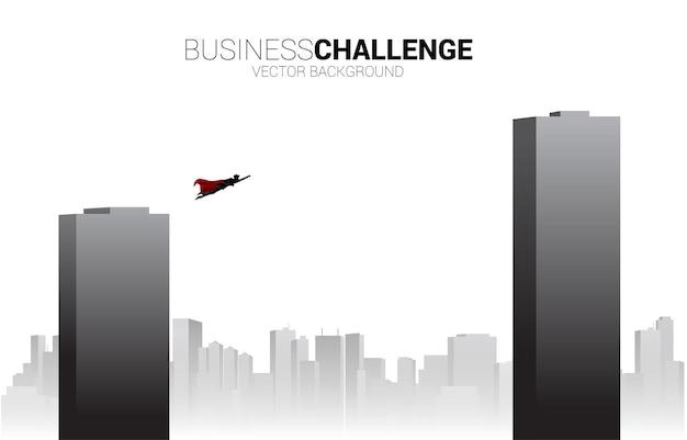 Silhouette di uomo d'affari che vola attraverso l'edificio. il concetto di business potenzia e sfida nel percorso di carriera
