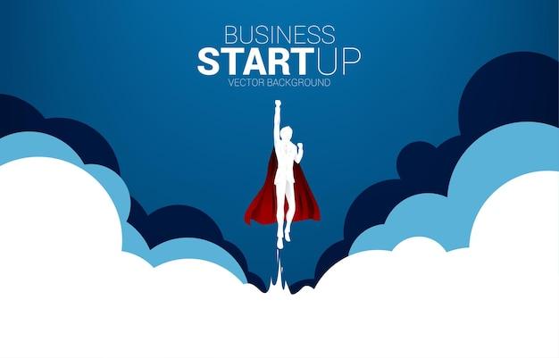 Siluetta dell'uomo d'affari che vola cielo dalla nuvola. banner aziendale per start up e società in rapida crescita.