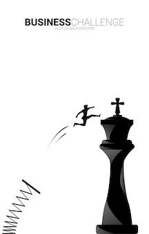 Siluetta dell'uomo d'affari che salta con il trampolino di lancio al re del pezzo degli scacchi. concetto di obiettivo, missione e strategia aziendale