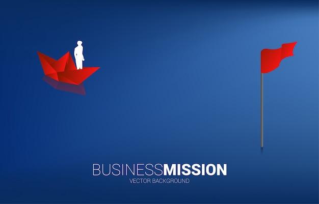La siluetta dell'uomo d'affari sulla nave di carta si sposta verso l'obiettivo. concetto di business di trovare opportunità e missione visione obiettivo.