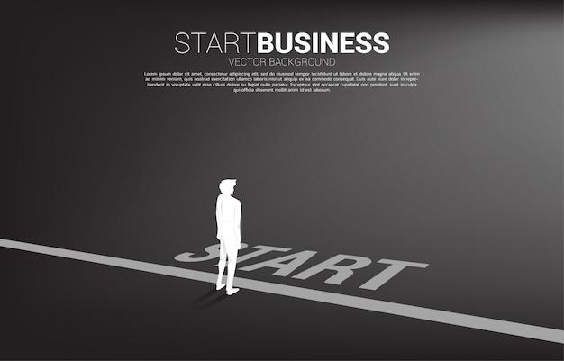 Siluetta dell'uomo d'affari pronta ad andare dalla linea di partenza. concetto di persone pronte per iniziare la carriera e gli affari