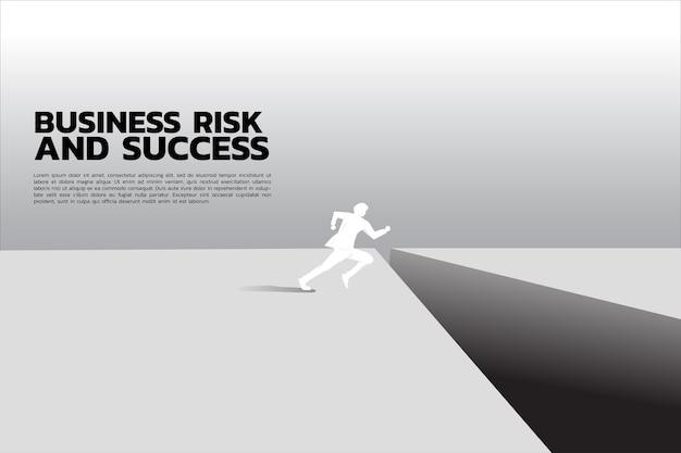 Sagoma di uomo d'affari pronto a saltare oltre il divario.