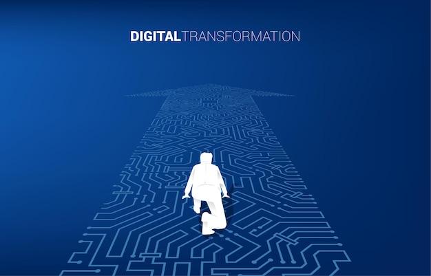 La siluetta dell'uomo d'affari nella posizione pronta sul punto della freccia collega lo stile del circuito. banner della trasformazione digitale del business.