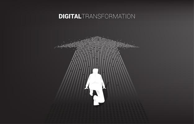 Sagoma di uomo d'affari in posizione pronta sulla freccia da pixel. concetto di trasformazione digitale del business.