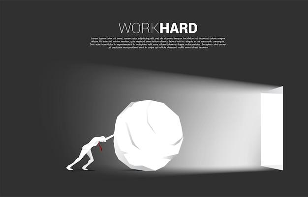 La siluetta dell'uomo d'affari rotola la roccia per uscire da una porta. concetto di avvio di carriera e soluzione aziendale.