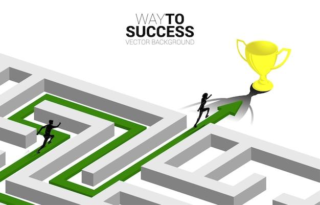 Siluetta dell'uomo d'affari eseguito sulla freccia con il percorso del percorso per uscire dal labirinto al trofeo d'oro.