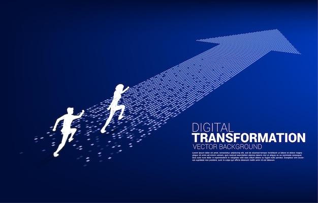 Siluetta dell'uomo d'affari in esecuzione sulla freccia dal pixel. concetto di trasformazione digitale del business.