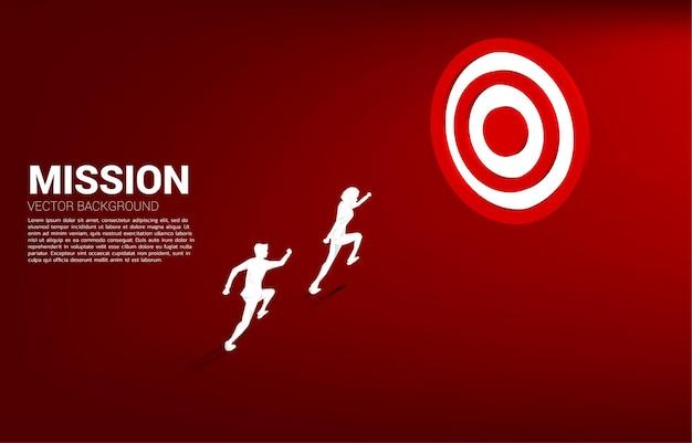Siluetta dell'uomo d'affari che corre al bersaglio centro. business concept di percorso verso l'obiettivo e diretto al target.