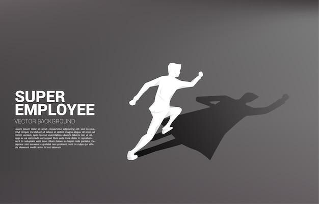 Sagoma di uomo d'affari in esecuzione e la sua ombra di supereroe. concetto di potenziare il potenziale e la gestione delle risorse umane