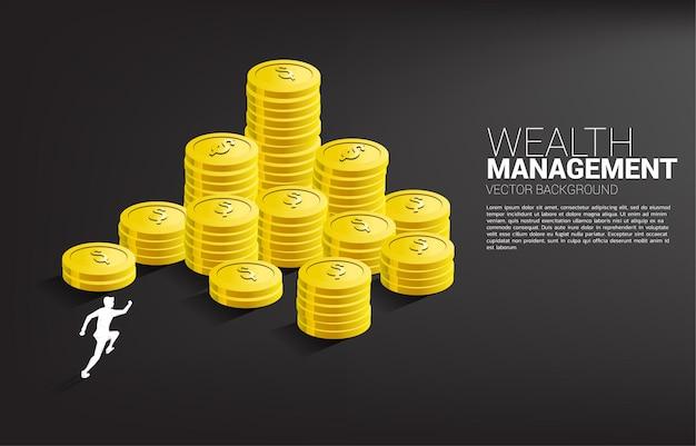 Sagoma di uomo d'affari in esecuzione in cima alla pila di monete.
