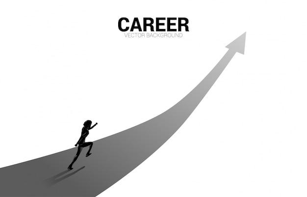 Sagoma di uomo d'affari in esecuzione sulla freccia in alto. concetto di percorso professionale e avvio dell'attività