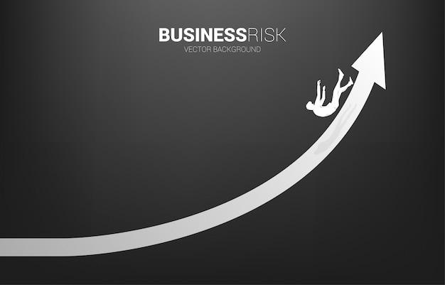 Siluetta dello slittamento dell'uomo d'affari e cadere dalla freccia crescente. concetto di fallimento e affari accidentali
