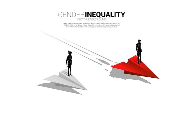 Uomo d'affari della siluetta che sta sull'aeroplano di carta più veloce. concetto di disuguaglianza di genere negli affari e ostacolo nel percorso di carriera della donna