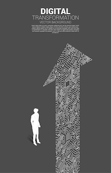 La siluetta dell'uomo d'affari che sta con il punto della freccia collega lo stile del circuito. banner della trasformazione digitale del business.