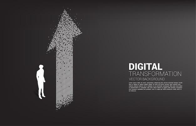 Siluetta dell'uomo d'affari che sta con la freccia dal pixel. banner della trasformazione digitale del business.