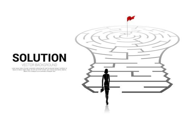 Siluetta dell'uomo d'affari che sta con la lampadina con dal gioco del labirinto. concetto di business per la risoluzione dei problemi e la ricerca di idee.