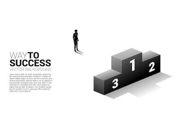 Siluetta dell'uomo d'affari che sta con il podio affari