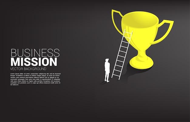Siluetta dell'uomo d'affari con la scala alla cima del trofeo del campione. concetto di visione missione e obiettivo del business