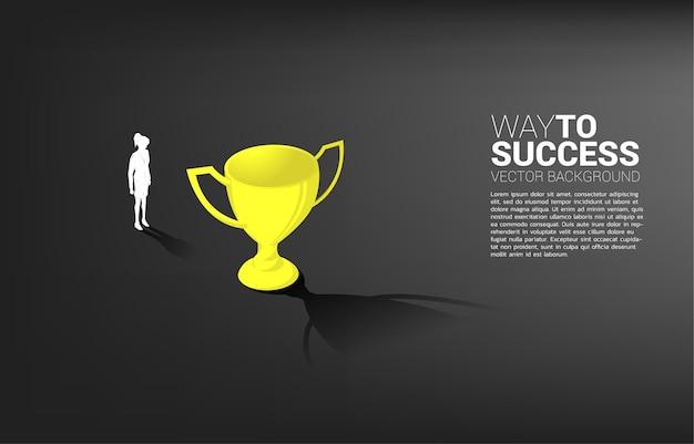 La donna di affari della siluetta mira a campione del trofeo. concetto aziendale di obiettivo di leadership e missione di visione