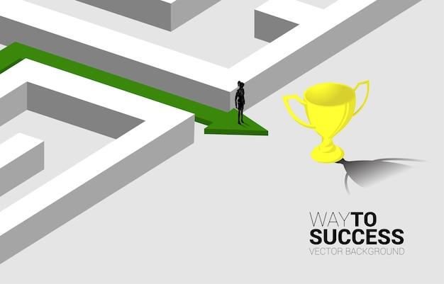 Silhouette di imprenditrice sulla freccia con percorso per uscire dal labirinto al trofeo d'oro. concetto di business per la soluzione dei problemi e la strategia di soluzione
