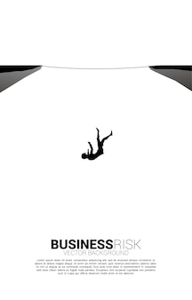 Siluetta della donna di affari che cade dalla via della camminata della corda. concetto per rischio aziendale e fallimento