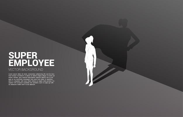 Sagoma di donna d'affari e la sua ombra di supereroe. concetto di potenziamento Vettore Premium