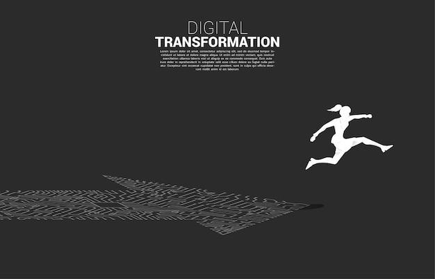 La siluetta della donna di affari che salta sul punto della freccia collega lo stile del circuito. banner della trasformazione digitale del business.