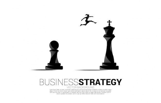 Siluetta della donna di affari che salta sul pezzo degli scacchi dal pegno al re. concetto di obiettivo, missione e strategia aziendale