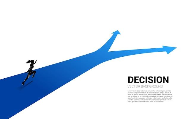 Silhouette di donna d'affari in esecuzione al bivio. concetto di tempo per prendere una decisione nella direzione aziendale