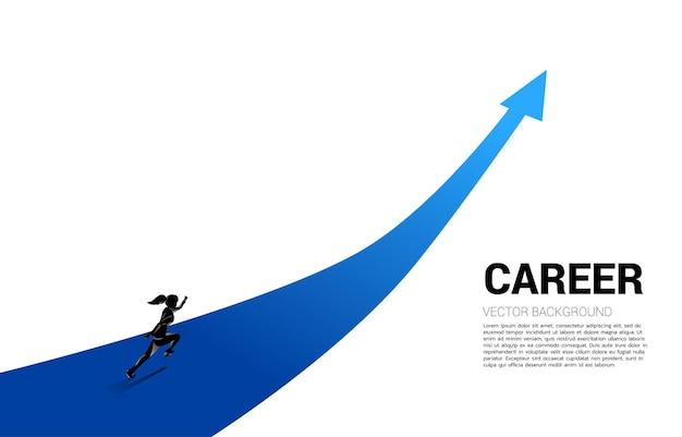 Siluetta della donna di affari che funziona sulla freccia del grafico di crescita. concetto di percorso di carriera e avvio di attività