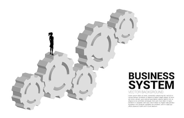Silhouette di imprenditrice in piedi su più grande marcia. concetto di gestione e controllo aziendale