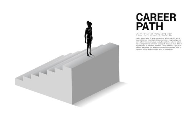 Siluetta della donna di affari che sta in cima alla scala.