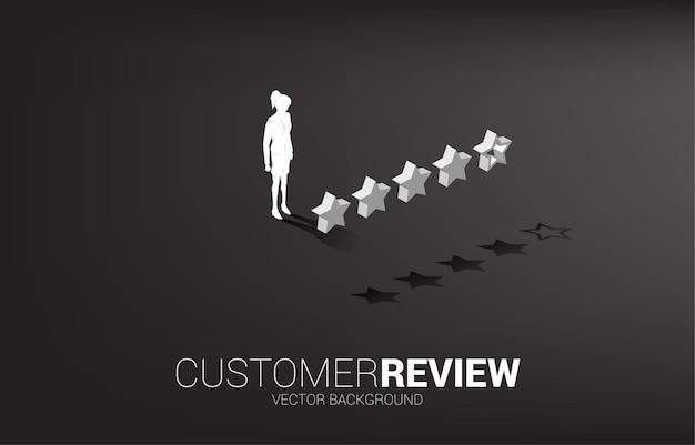 Donna di affari della siluetta che sta con la stella di valutazione del cliente 3d. concetto per la valutazione e il posizionamento dei clienti.