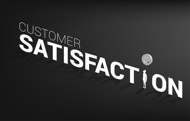 Donna di affari della siluetta che sta con la valutazione dell'icona del sorriso 3d. concetto di soddisfazione del cliente, valutazione e posizionamento del cliente.
